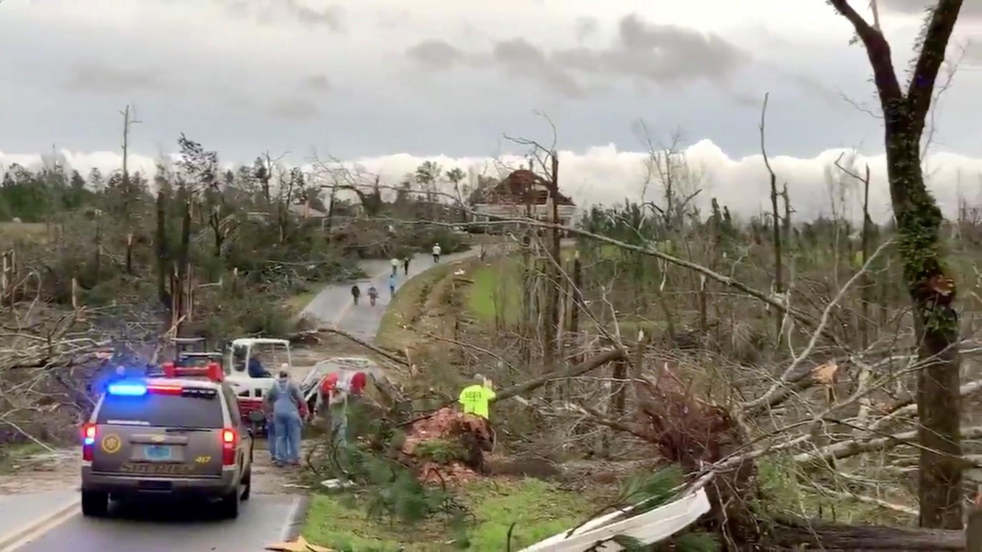 Resultado de imagen para Al menos 22 muertos tras el paso de violentos tornados en Alabama