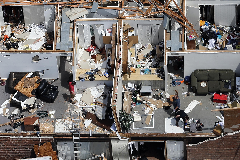 """""""Fue el sonido más espeluznante"""": la cadena de tornados que destruyó viviendas y negocios en el centro de EEUU (fotografías aéreas)"""