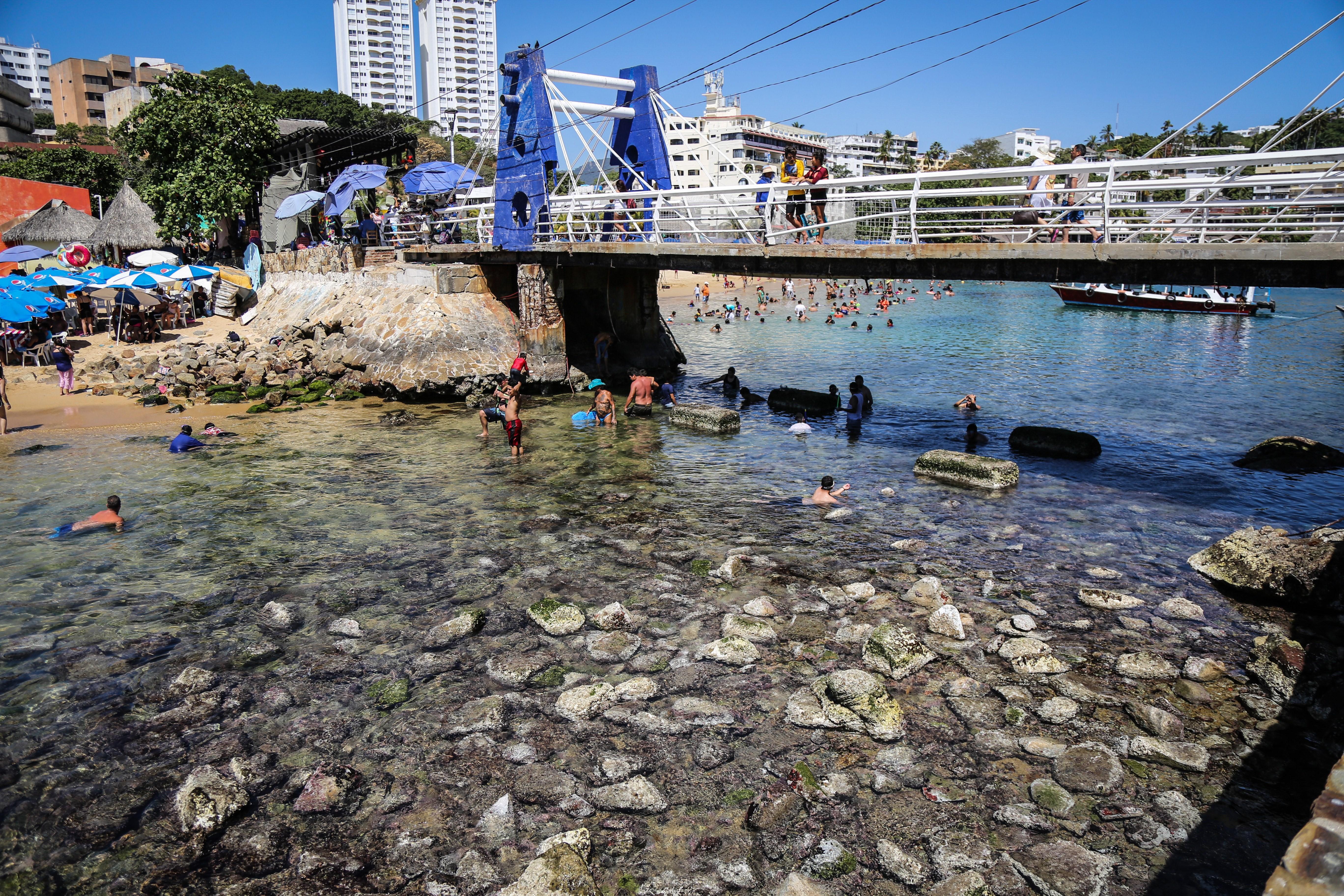 El desplazamiento de las aguas del mar, que despertó curiosidad de los visitantes en algunas zonas de Acapulco, se originó en un sistema anticiclón situado frente a las cosas de California, señaló el meteorólogo mexicano Roel Ayala Mata, director de monitoreo y análisis de riesgos de la oficina.