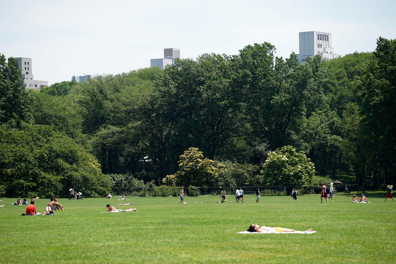 Disfrutan en  Nueva York primer día de verano