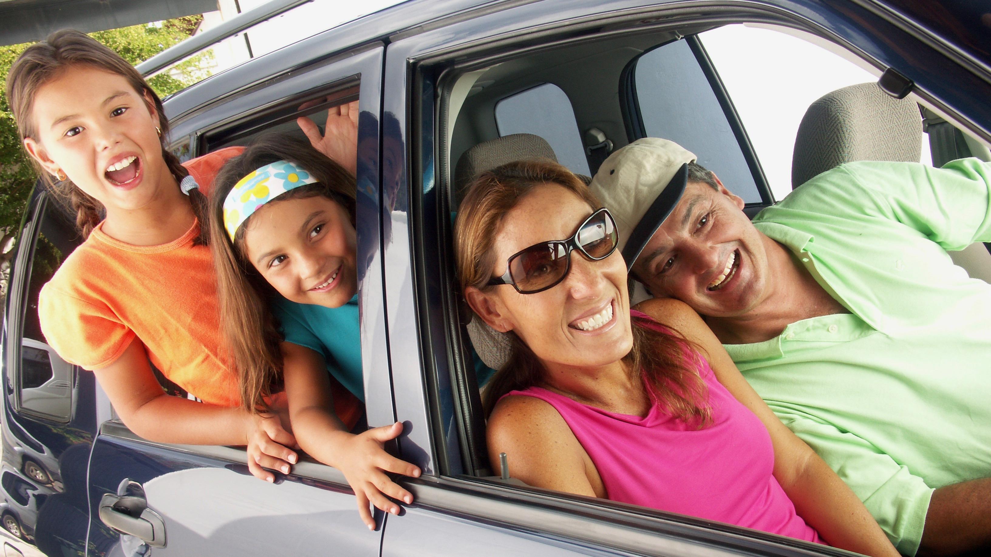 Resultado de imagen para familia en carro