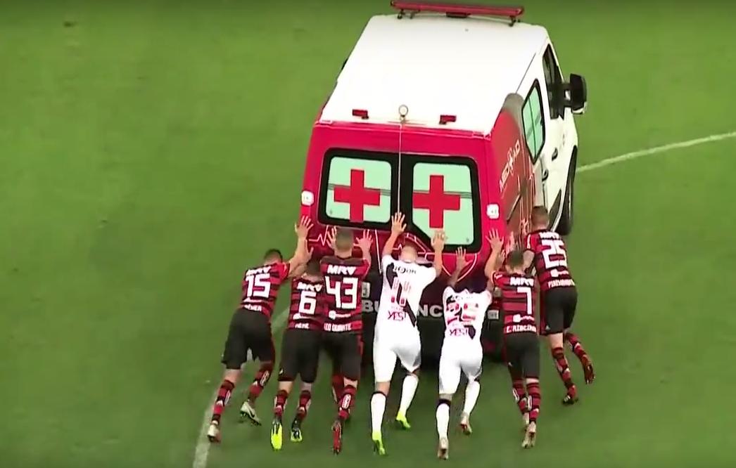 Inaudito: ambulancia entró a atender a jugador y futbolistas tienen que sacarla empujada