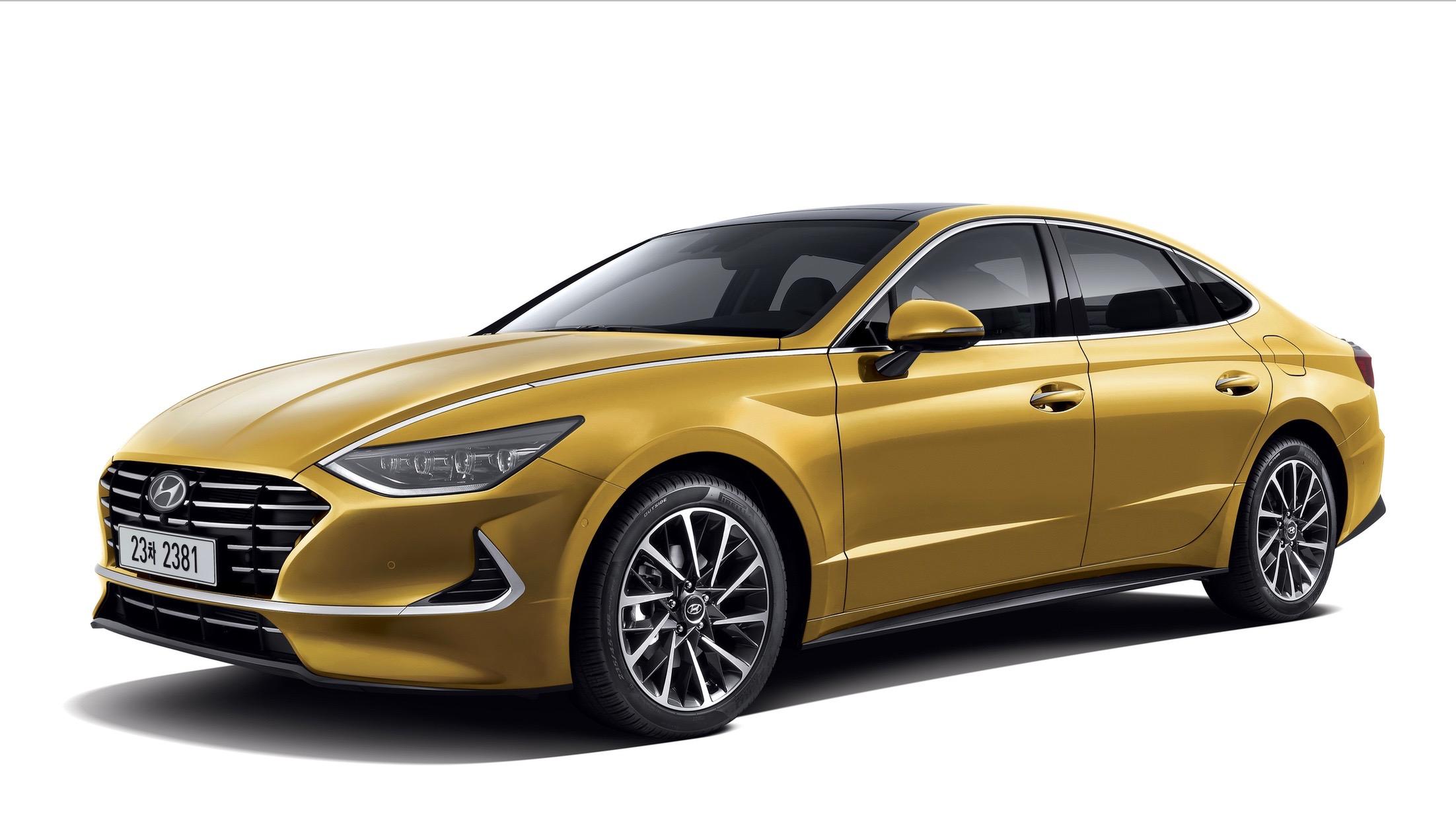 El Hyundai Sonata 2020 es <b>notablemente más grande</b> que el vehículo que reemplaza. El nuevo modelo es 0.98 pulgadas más ancho y 1.77 pulgadas más largo que el Sonata 2019. Aunque también es 1.18 pulgadas más bajo, lo que acentúa su carácter deportivo. La distancia entre ejes del nuevo Hyundai Sonata 2020 es también 0.12 pulgadas más larga que la de su predecesor lo que beneficia el espacio disponible en la cabina.