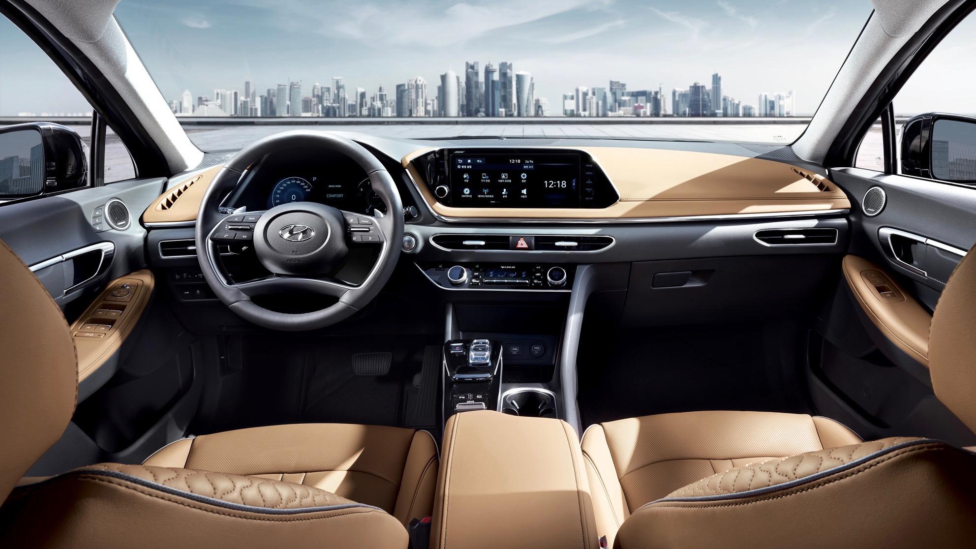 La cabina del Hyundai Sonata 2020 luce espaciosa, y parece haber tomado claves de los diseños de Genesis, la marca de vehículos de lujo de Hyundai. El fabricante nos dice que el panel frontal está inspirado en un avión de combate 'Stealth'
