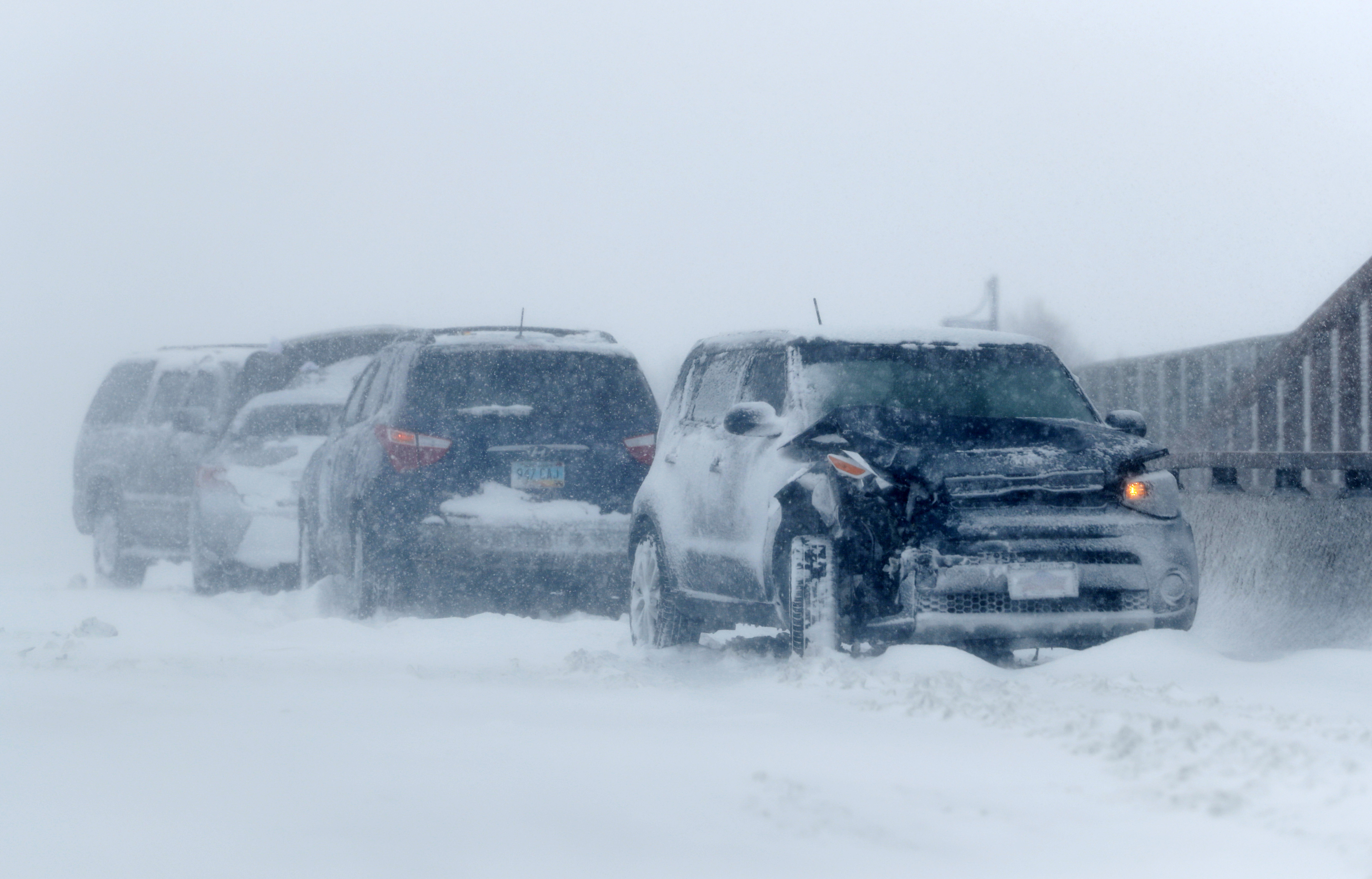 Muchos vehículos tuvieron problemas para circular debido a la acumulación de nieve sobre las vías y los fuertes vientos.