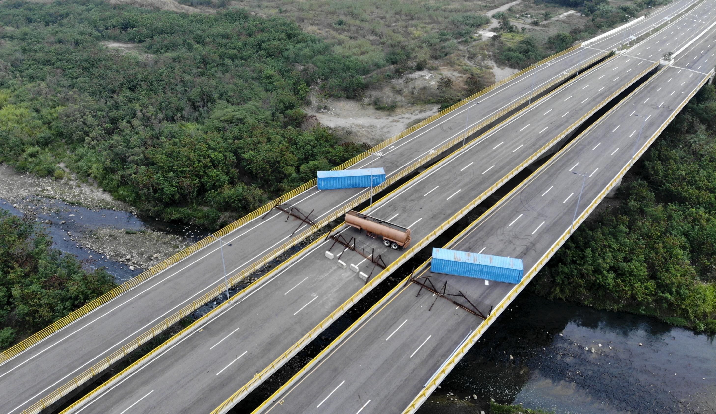"""""""El pueblo venezolano necesita desesperadamente ayuda humanitaria. EEUU y otros países están tratando de ayudar, pero el Ejército de Venezuela bajo las órdenes de Maduro está bloqueando la ayuda con camiones y tanques para el transporte de mercancías"""",<a href=""""https://twitter.com/SecPompeo/status/1093191550367080448""""> dijo Pompeo en Twitter. </a>"""