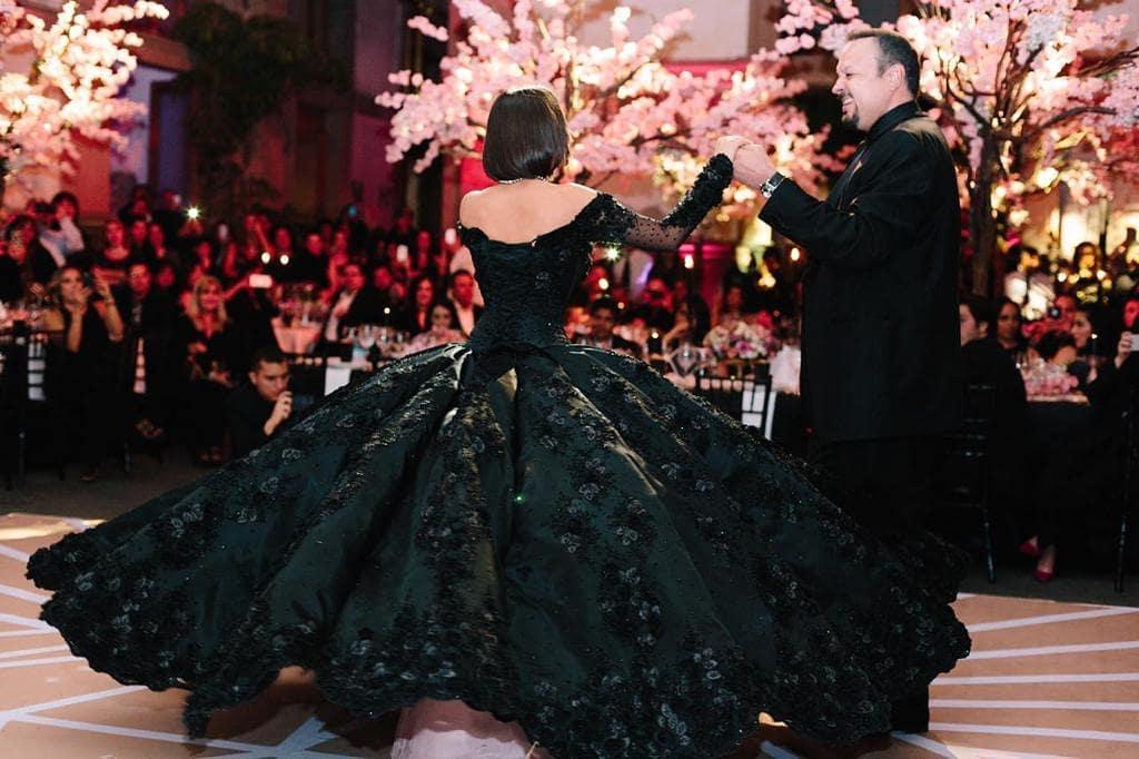 Con Cuatro Vestidos Incluido Uno Negro ángela Aguilar