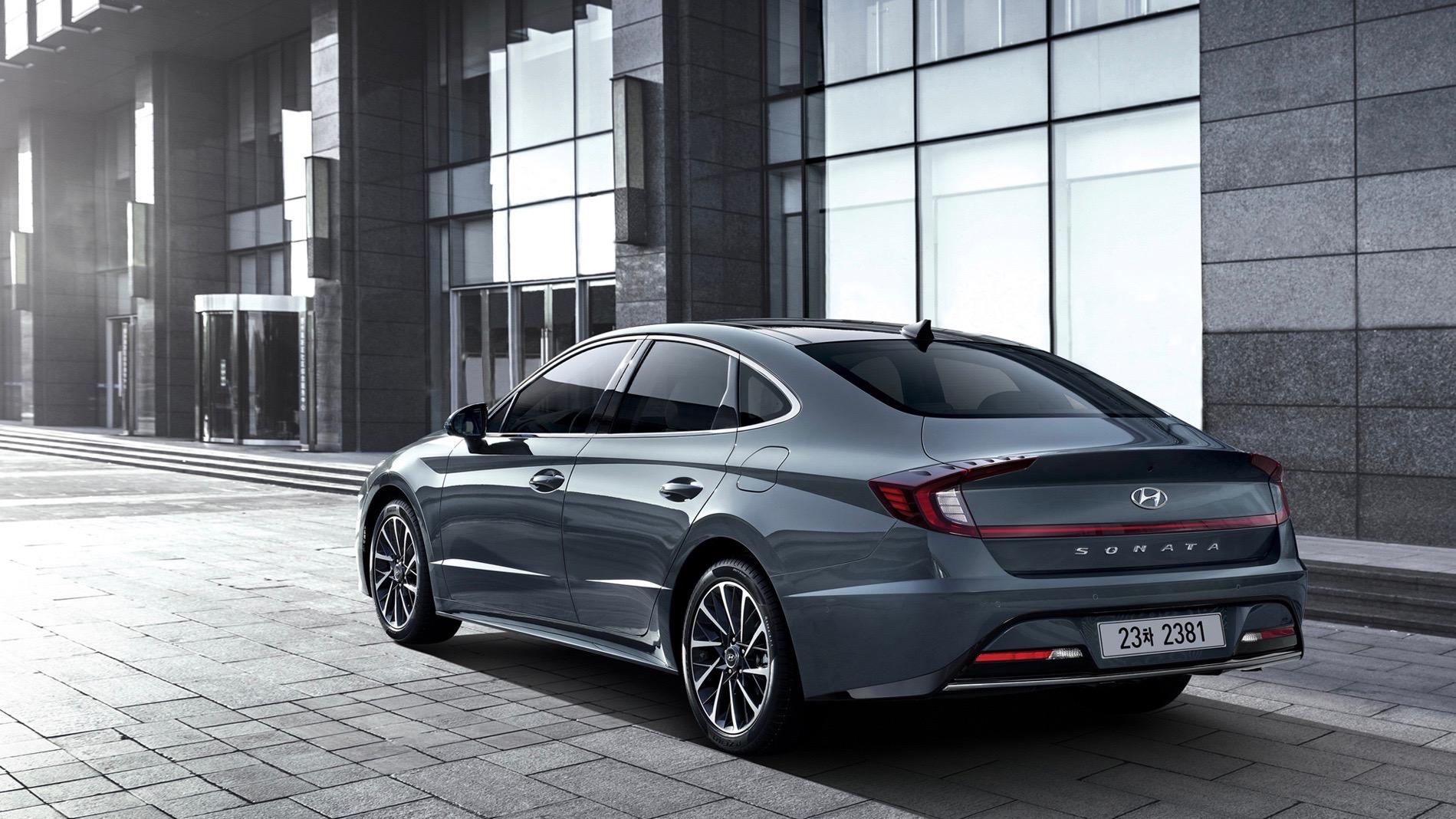 Si bien las estilizadas líneas del Hyundai Soanata 2020 acentúan la horizontalidad como lo hacen las de la generación actual, el nuevo vehículo tiene una imagen muy propia, que son <b>más revolucionarias que evolucionarias</b>.<br/>