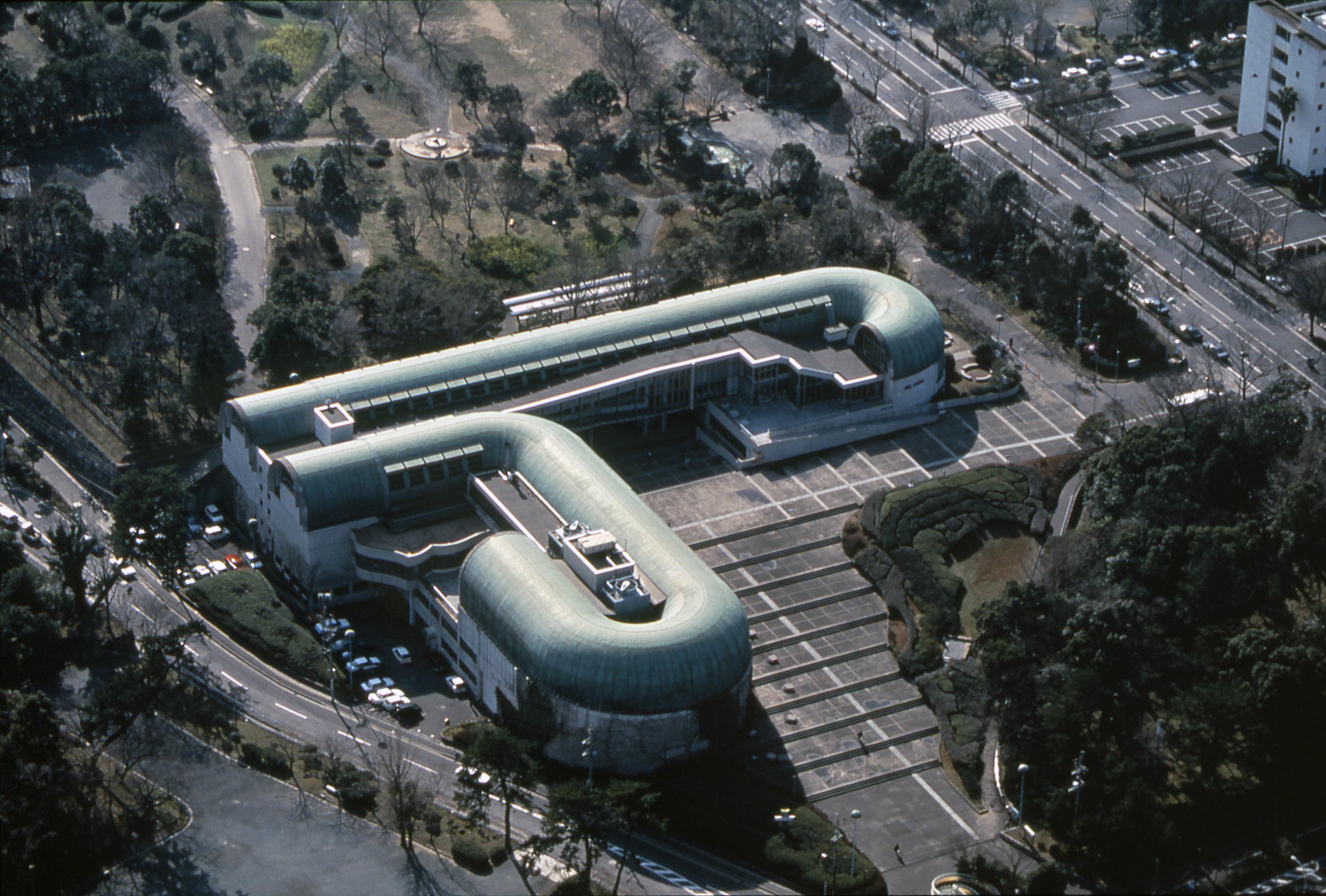 Biblioteca Central de Kitakyushu, Japón. Esta impresionante estructura fue construida en la ciudad natal del arquitecto, en 1966.