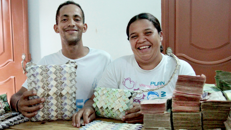 En fotos: Para sobrevivir en Colombia, estos venezolanos convirtieron sus devaluados billetes en artesanías