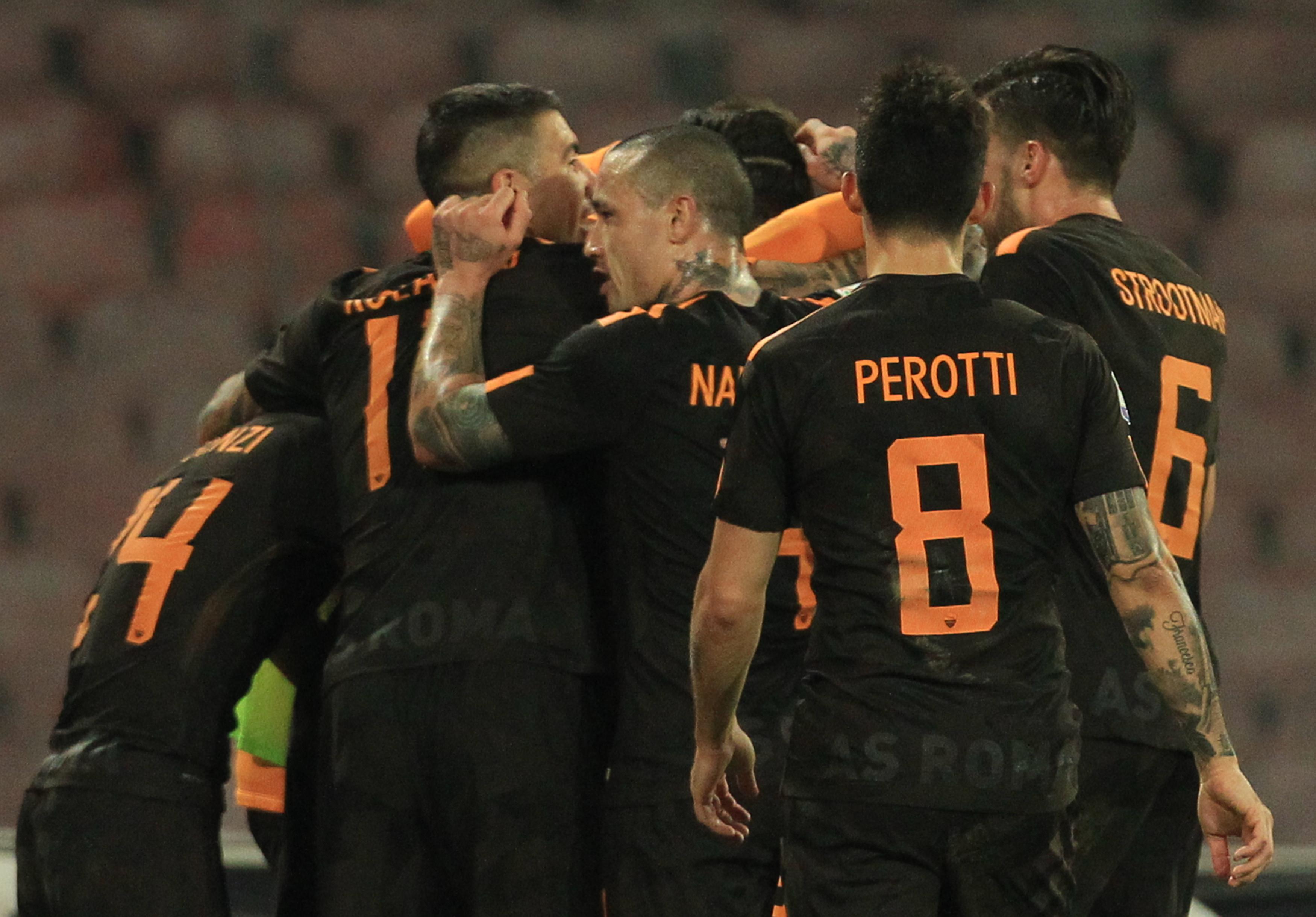 Nápoles perdió 2-4 contra Roma en casa y puso en peligro su liderato en Italia