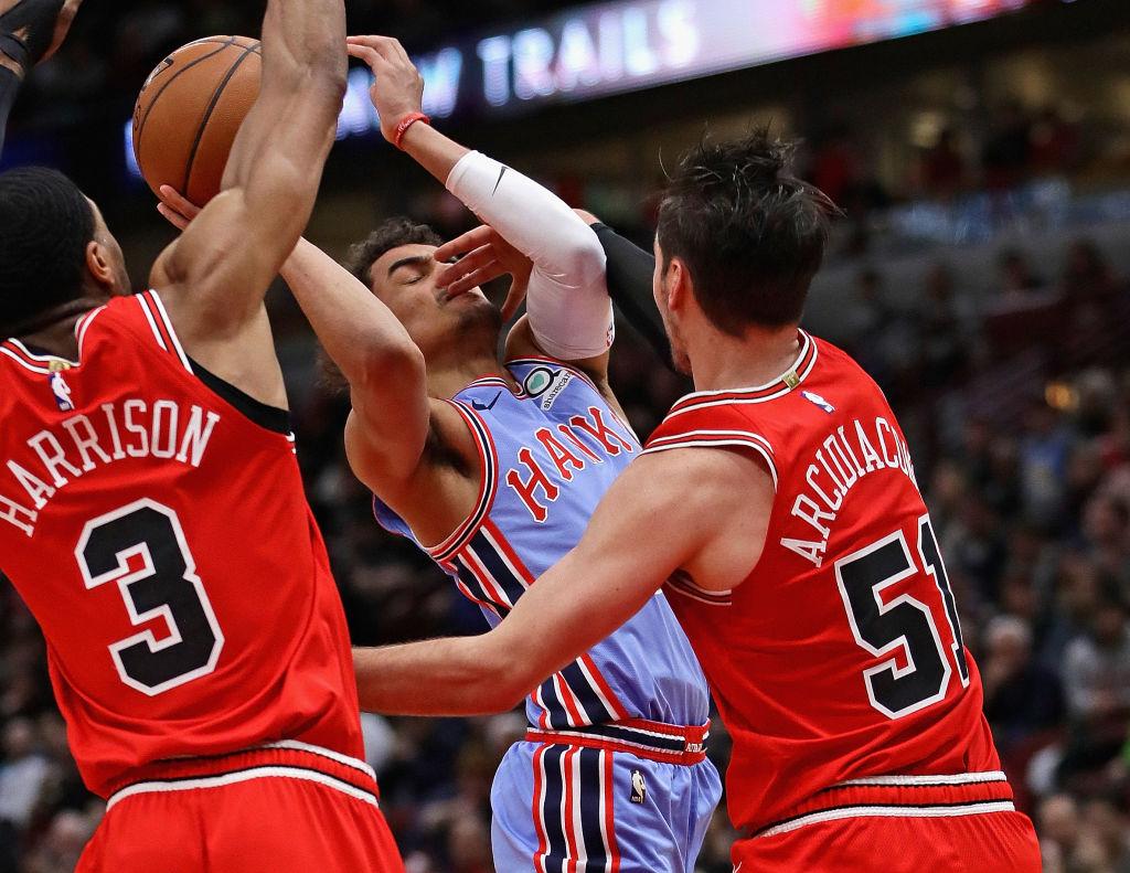 <b>ATLANTA 123-118 CHICAGO</b>. En un agitado y ríspido partido, entre dos de los peores equipos de la Conferencia Este, los Hawks (22-42) sacaron la mejor parte de un acalorado duelo ante los Bulls (18-46) en United Center.