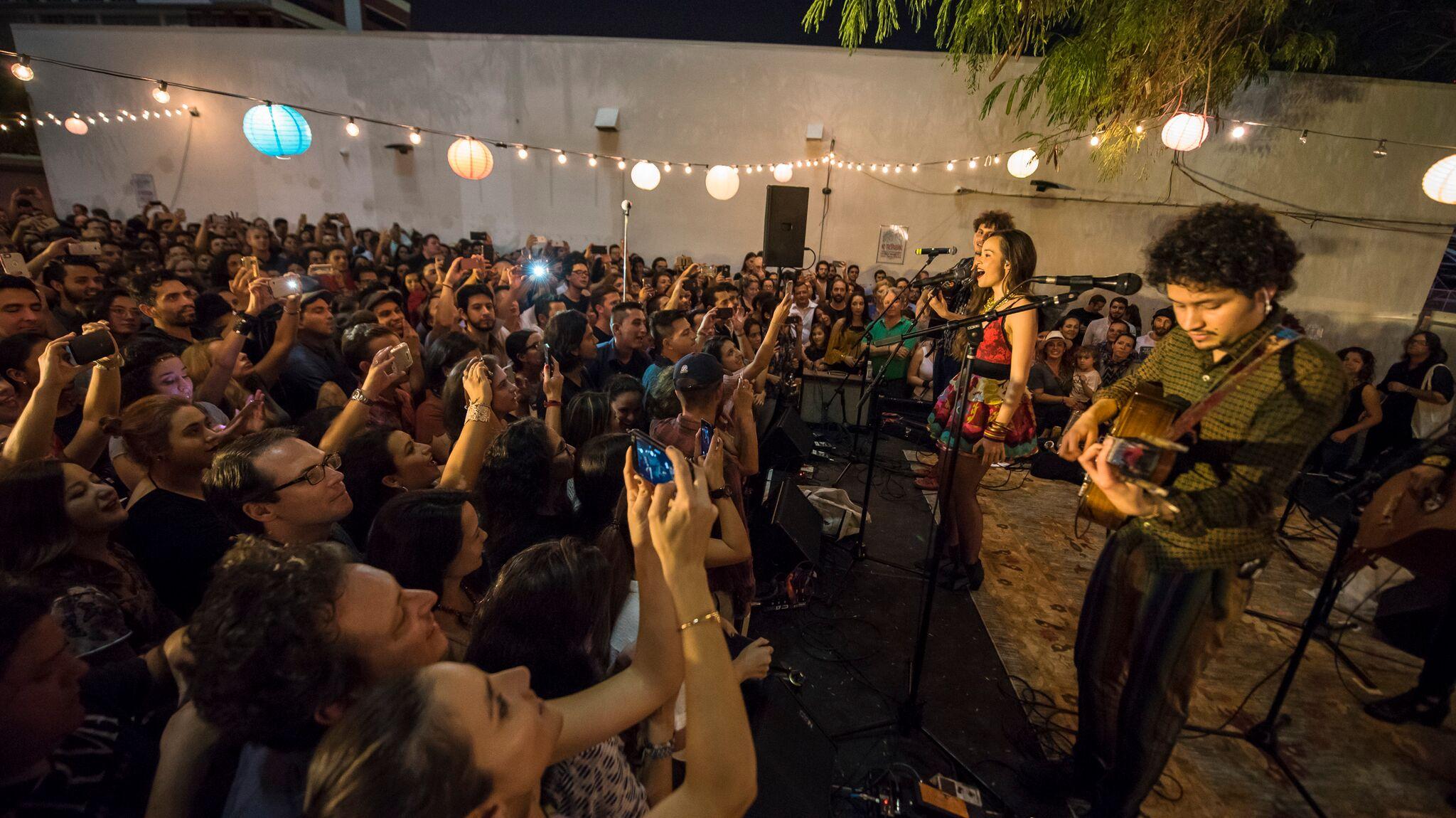 Cómo se vivió el concierto de la banda colombiana Monsieur Periné