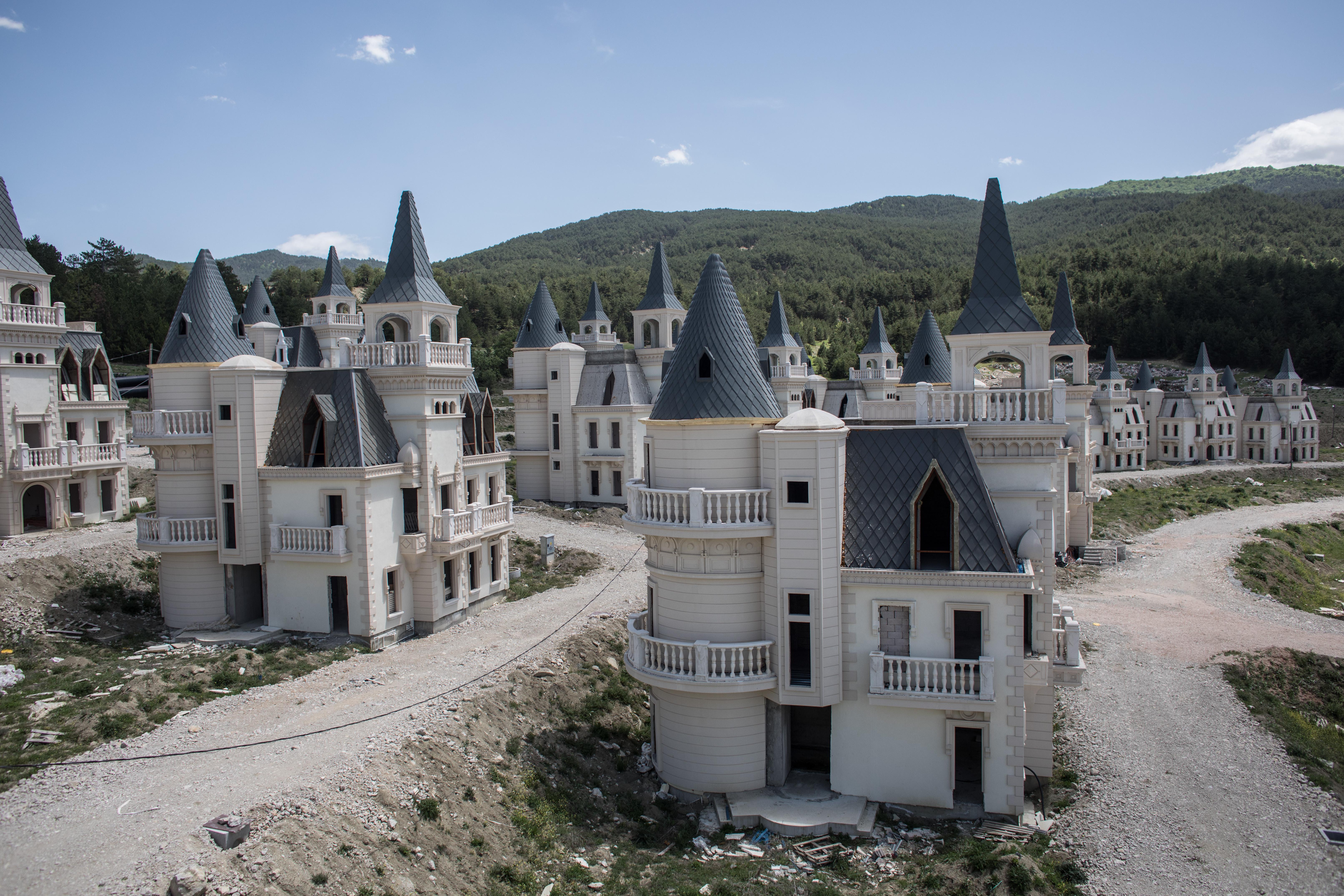 La ciudad de castillos abandonados en un bosque de Turquía (fotos)