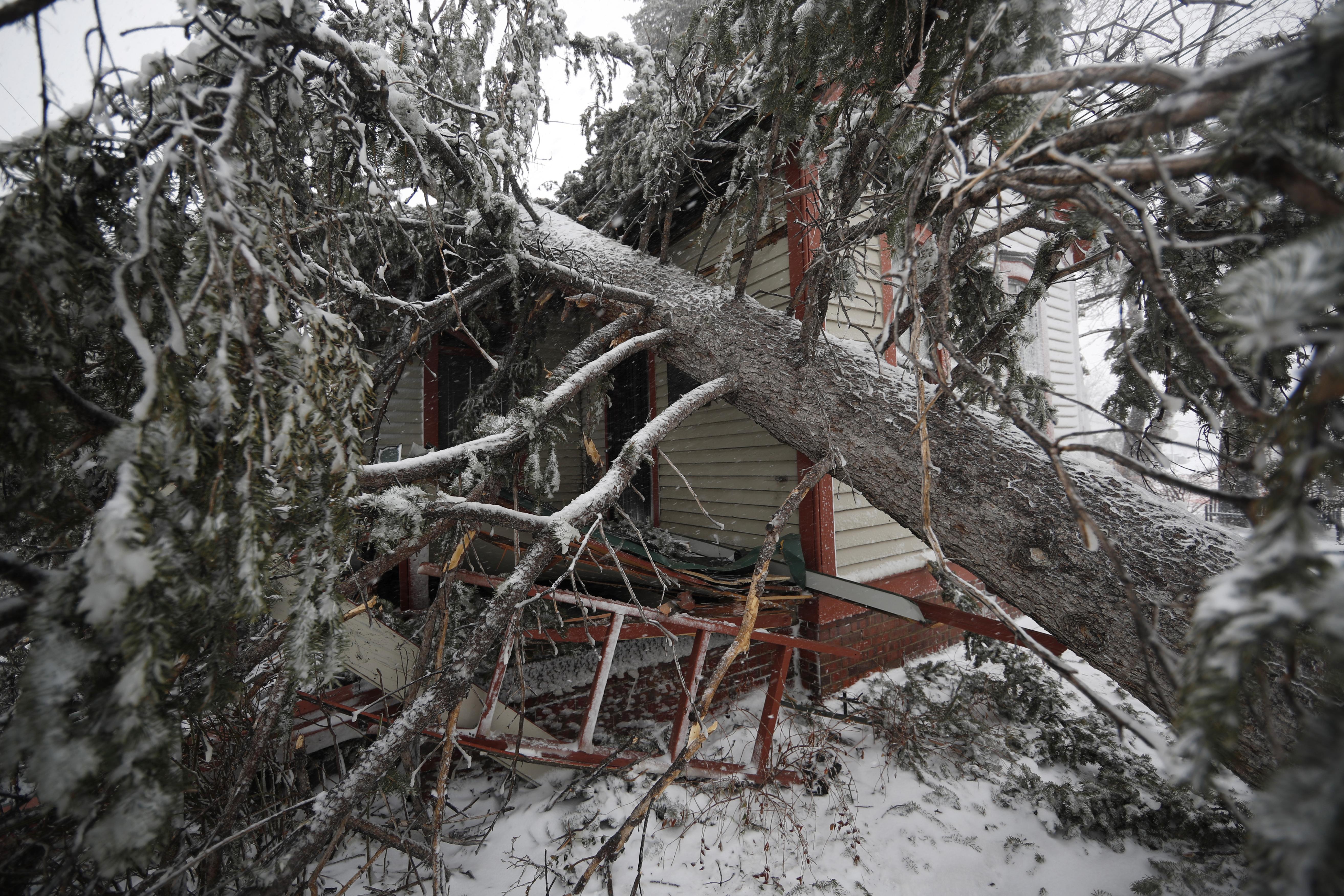 Otra vista de los daños causado a la casa Eugene Field en el Parque Washington, en Denver.