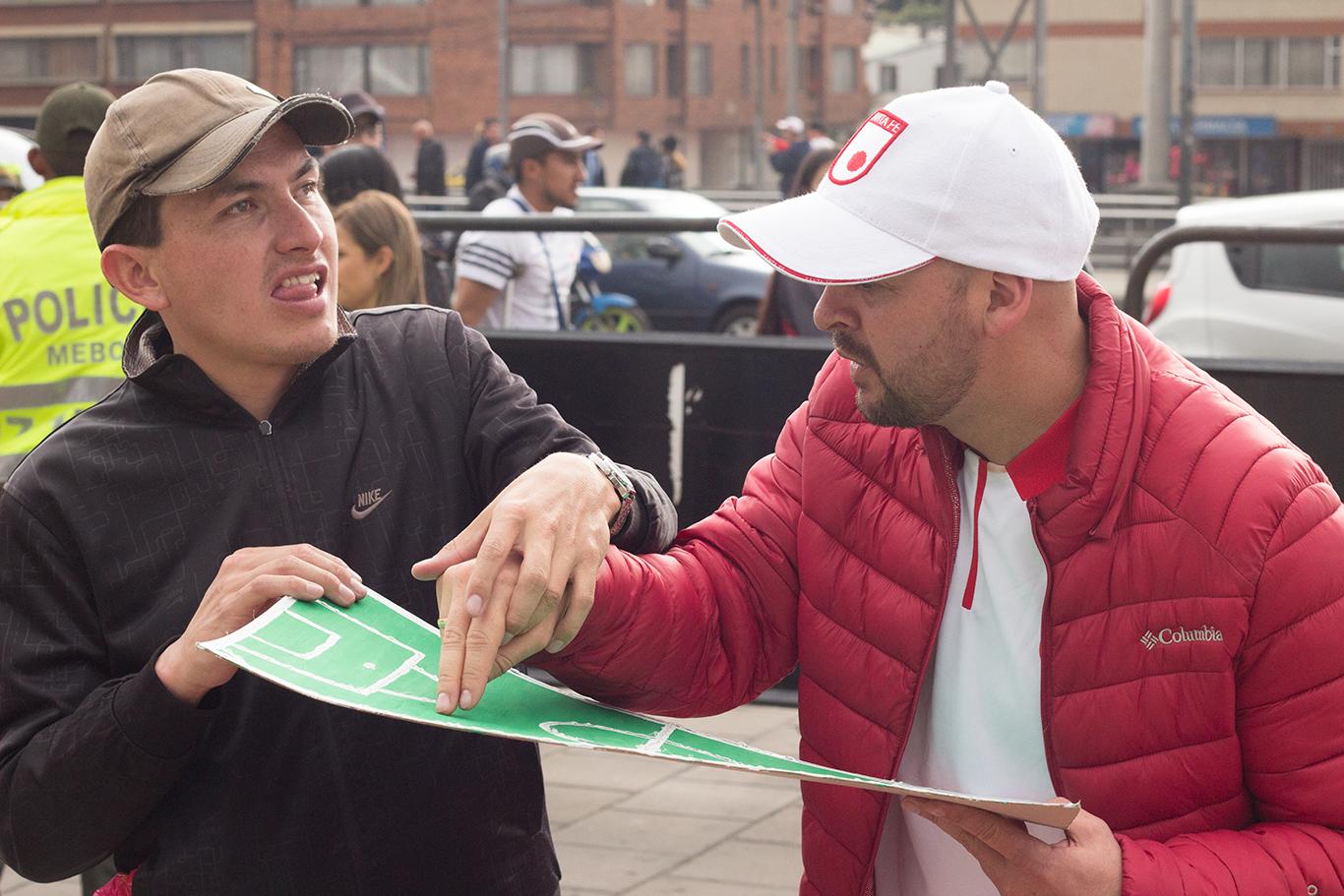 Conoce al hincha colombiano que va al estadio a pesar de ser sordociego