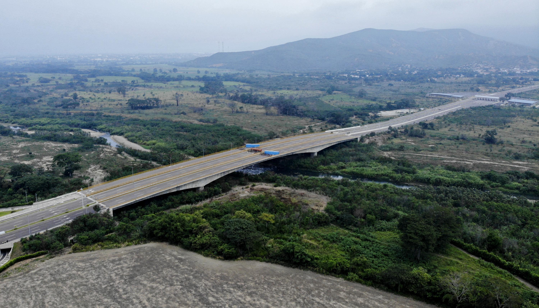 El puente de Tienditas une la colombiana ciudad de Cúcuta con la venezolana de Ureña, en el estado Táchira, y es una de las promesas de la integración entre los dos países. Duarte, parlamentario por el estado Táchira, aseguró que el bloqueo es una orden del gobernante Nicolás Maduro y del ministro de Defensa, Vladimir Padrino López.