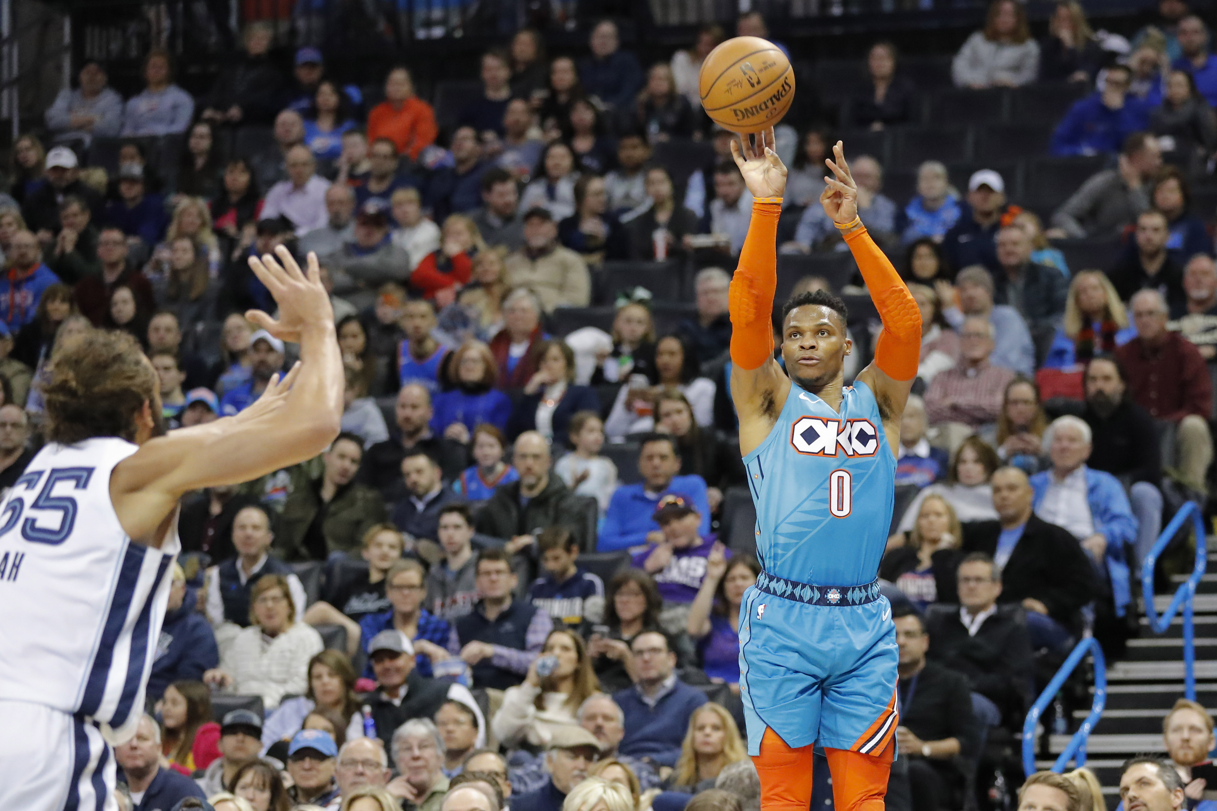 Con 12 de sus 22 puntos en el último cuarto, Russell Westbrook rescató al Thunder de un déficit de 13 unidades y con 35.5 segundos la dio vuelta al partido. Por Memphis destacó Avery Bradley con 27 puntos.