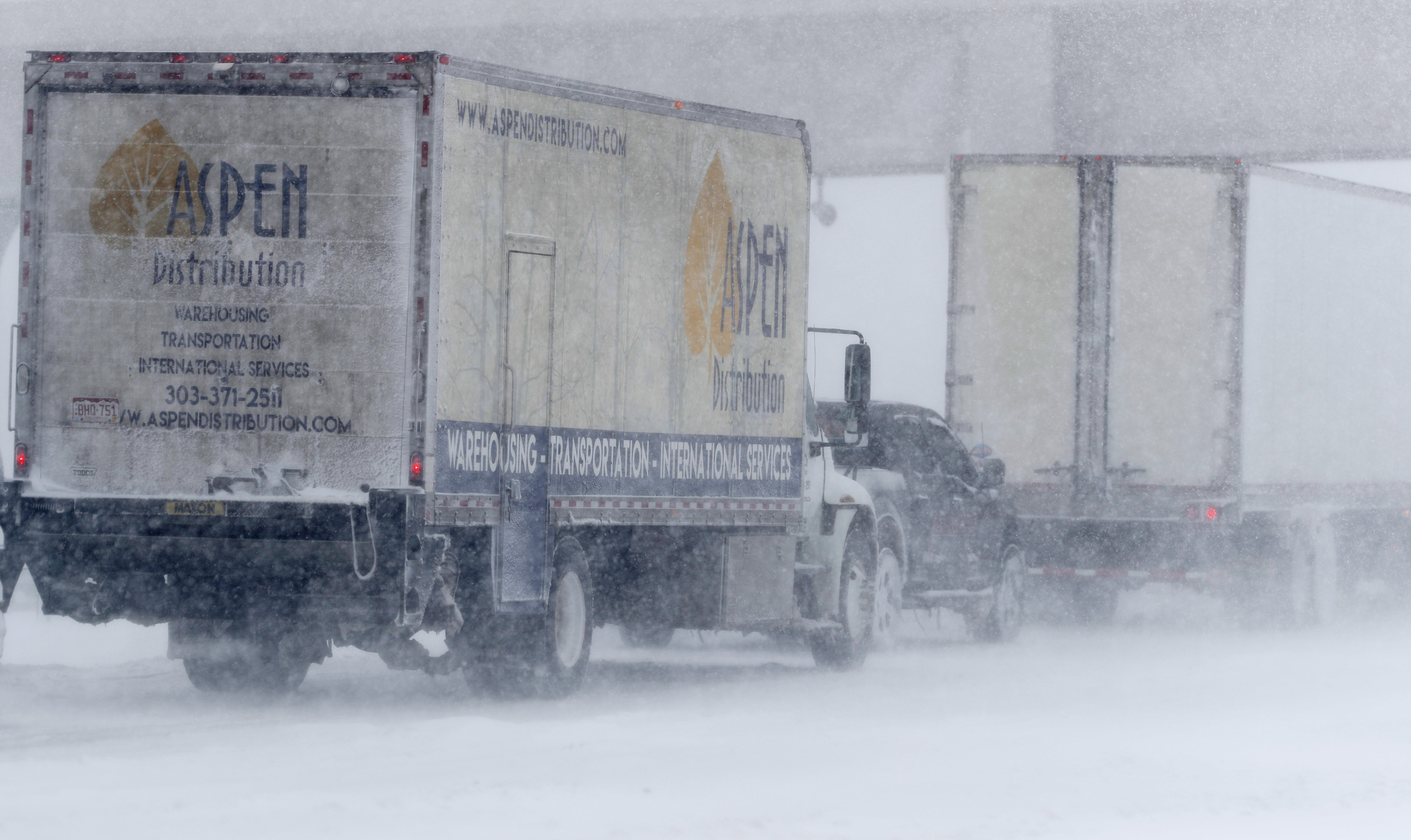 Los vehículos se apiñaban en los carriles en dirección este de la Interestatal 70 cerca de Tower Road, mientras la tormenta lanzaba los vientos huracanados y nieve en Aurora, Colorado,