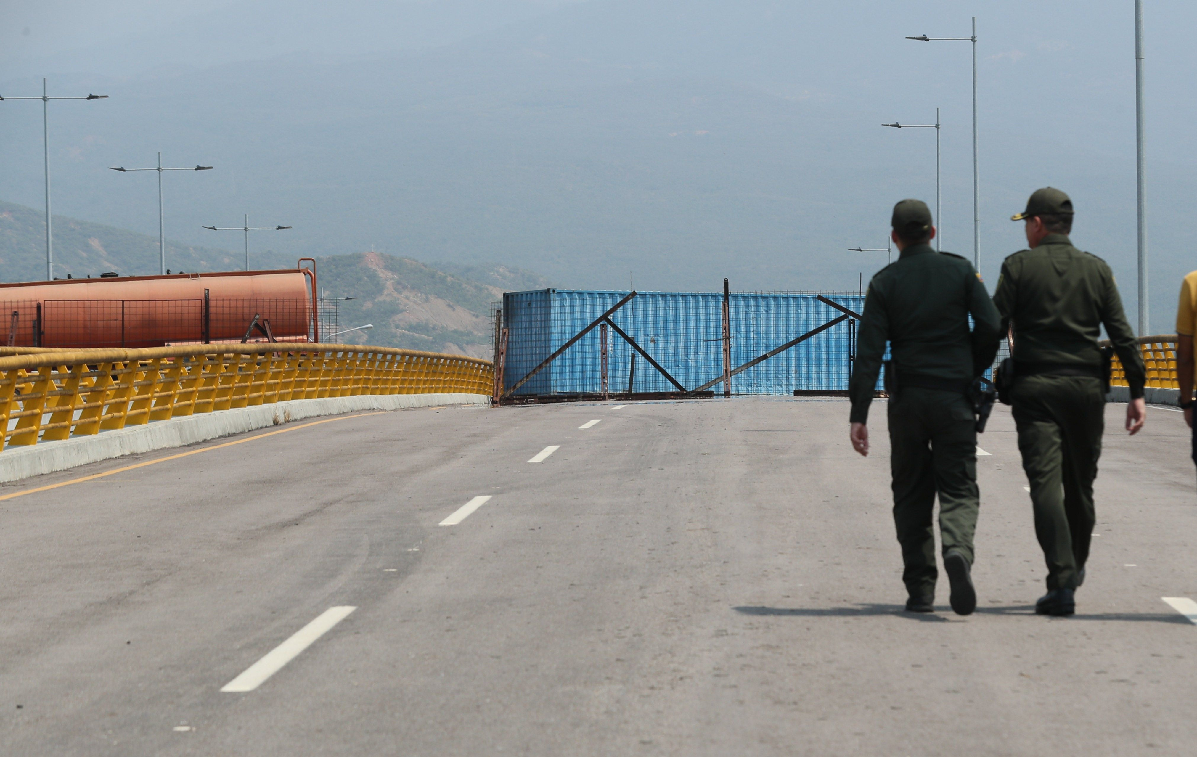 """""""Lo que está bloqueando (...) el puente Tienditas, por donde ellos (los militares) presumen que va a pasar la ayuda humanitaria, son un (camión) cisterna, un container y el día de hoy llegó en la madrugada un convoy de la Fuerza Armada Nacional"""", dijo el diputado Duarte a la agencia Efe."""