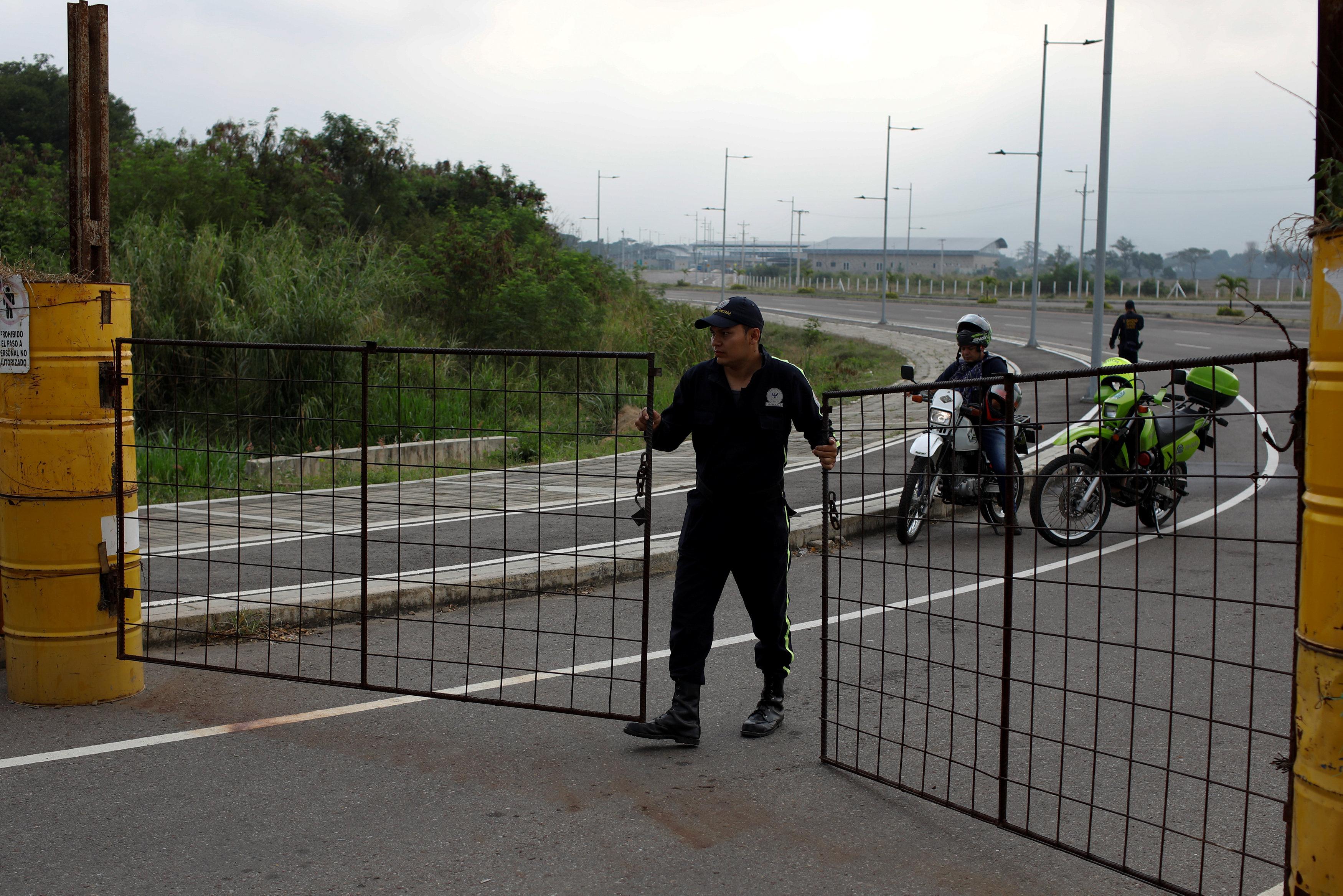 """El secretario de Estado de EEUU Mike Pompeo exigió este miércoles a Nicolás Maduro que deje entrar camiones con ayuda humanitaria al país para asistir al pueblo """"hambriento"""" y acusó al Ejército de estar bloqueando su ingreso."""