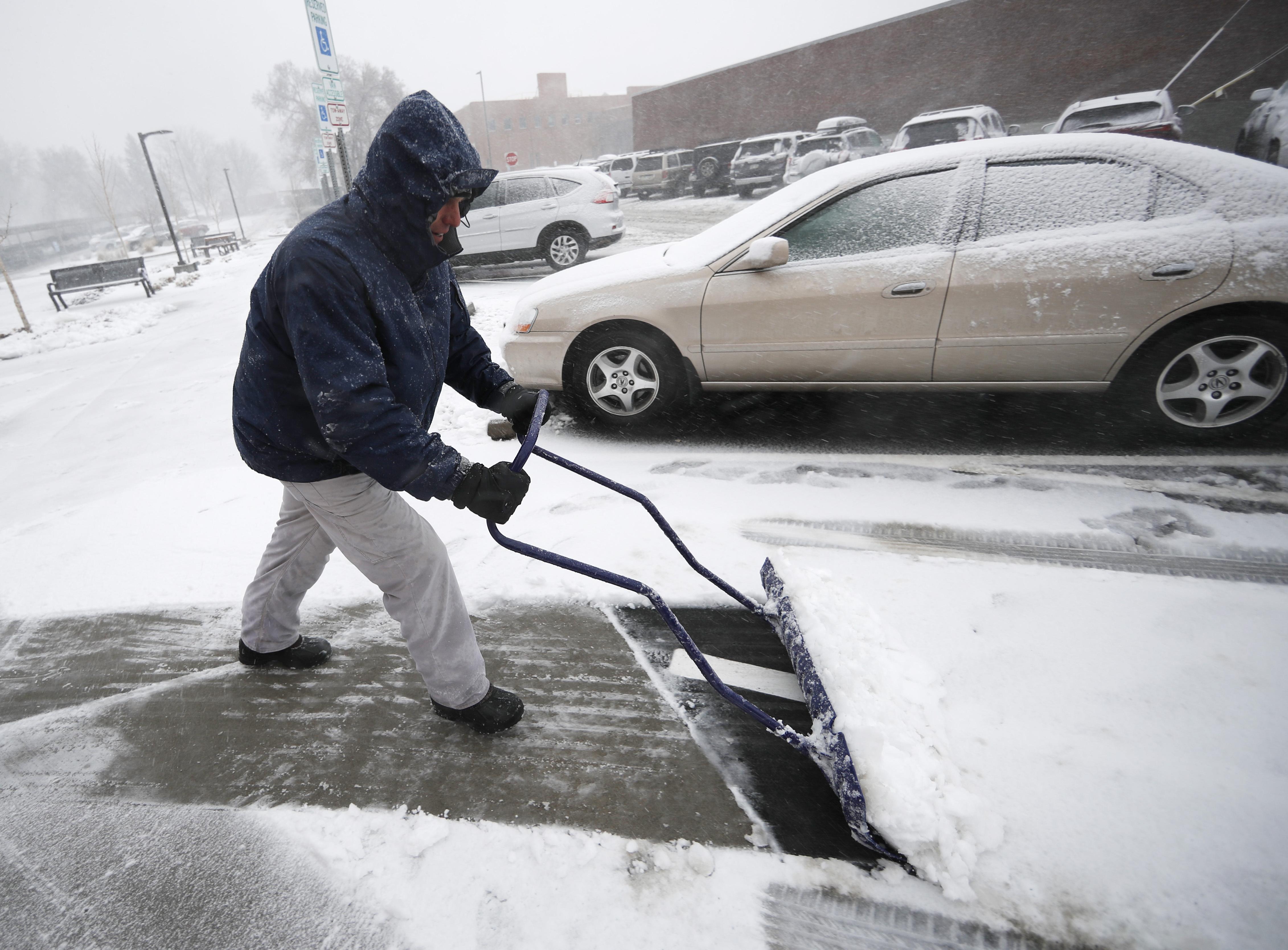 Neil Alderson, ex director ejecutivo de Schlessman YMCA, en Denver, remueve la gruesa capa de nieve que dejó el 'ciclón bomba' este miércoles en la ciudad.