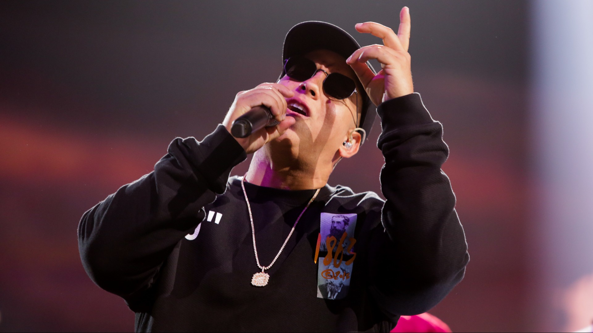 El singular suéter con el que Daddy Yankee ensayó para Premio Lo Nuestro tiene un significado especial