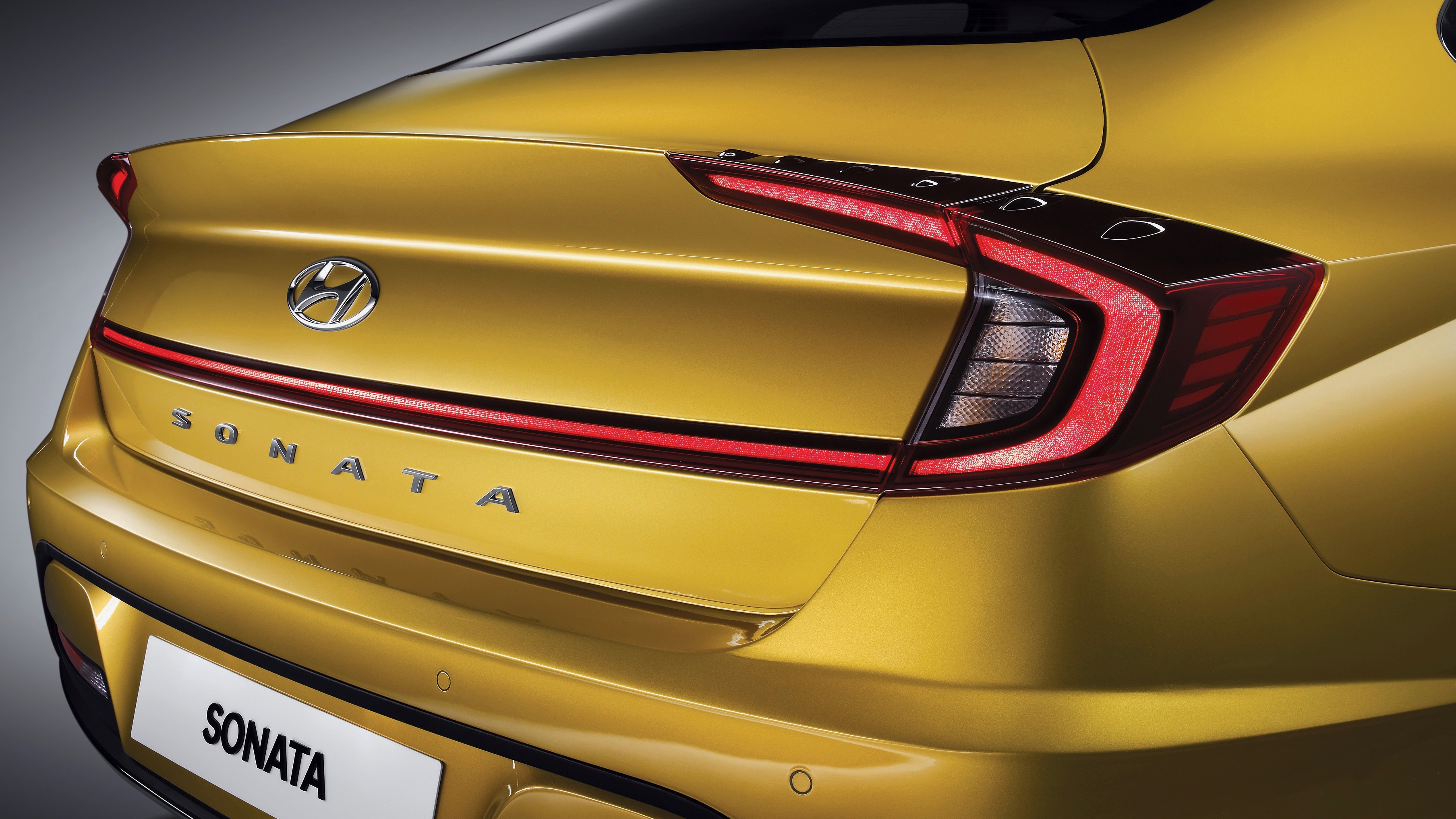 Una de las características más notables del diseño del Hyundai Sonata 2020, son sus conjuntos ópticos del cual se derivan las líneas que conectan las varias secciones del nuevo modelo.<br/><br/>Hyundai no dio a conocer detalles técnicos del nuevo Sonata 2020.