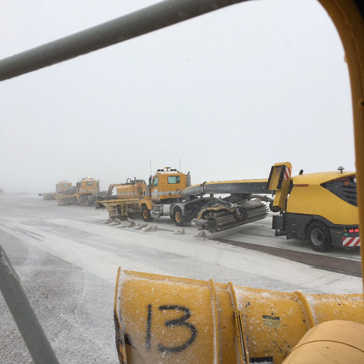 Maquinaria remueve la capa de nieve que dejó el 'ciclón bomba' sobre las pistas del aeropuerto de Colorado Spring.
