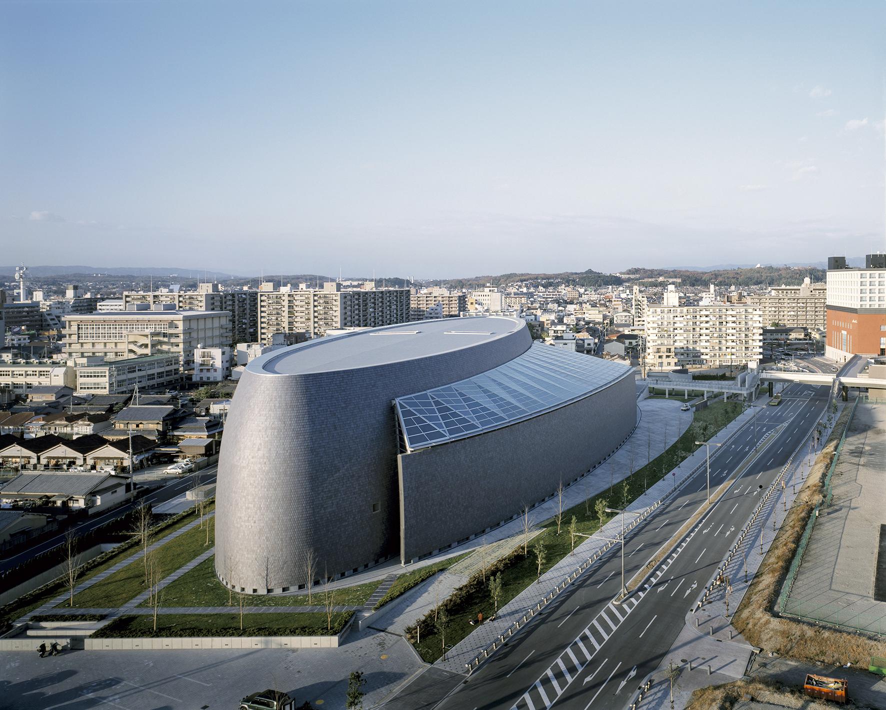 """Una vista aérea del Salón Centenario de Nara. Para el jurado Isozaki """"posee un profundo conocimiento de la historia y la teoría arquitectónica (...), sus edificios desafían las categorizaciones estilísticas"""".<br/>"""