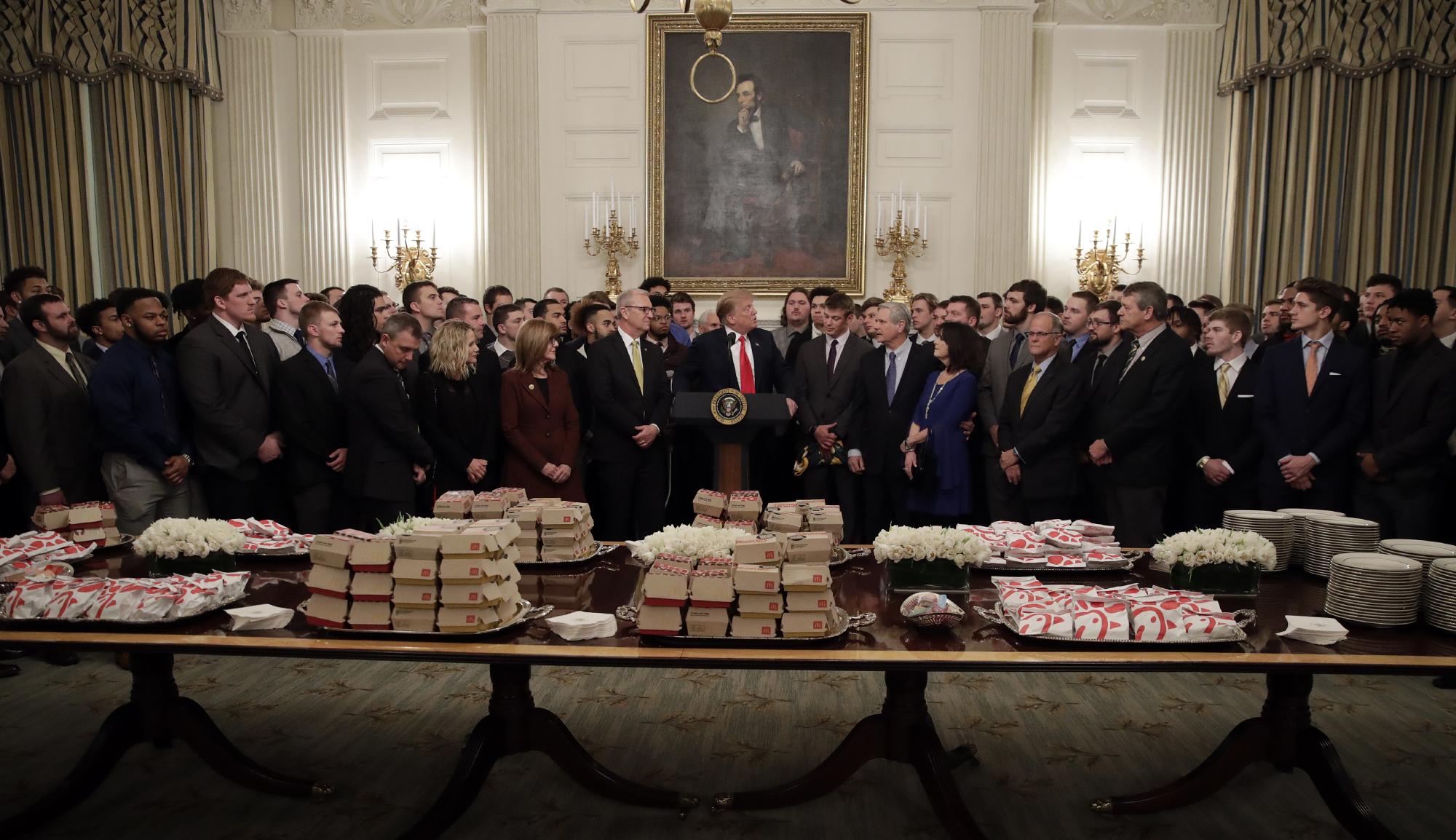 De nueva cuenta Donald Trump recibe con comida rápida a otros campeones nacionales
