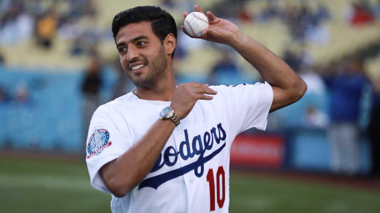 Carlos Vela lanza la primera bola en el estadio de los Dodgers - Univision 63970daefa4