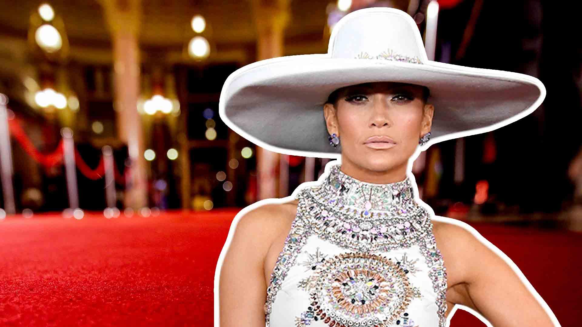 Jennifer López tropezó en los GRAMMY con el sombrero inspirado en María Félix