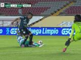 ¿Penalti? El árbitro señala falta sobre Dos Santos y en el VAR lo cambia