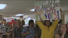 Con gritos, pancartas y protestas, alumnos de Northeastern Illinois rechazan visita de Sean Spicer