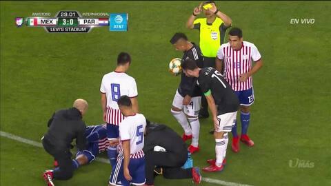 Tarjeta amarilla. El árbitro amonesta a Erick Gutiérrez de Mexico