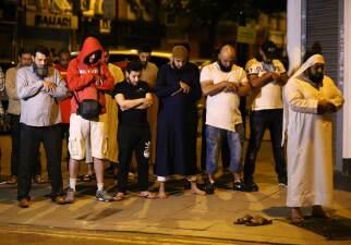 En fotos: Furgoneta atropella a varios peatones junto a una mezquita en Londres