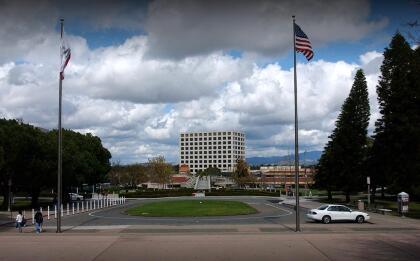 <b>Universidad de California, Irvine (13º a nivel nacional)</b> <br> <b>Costo estimado anual sin ayuda financiera: </b>$35,200 <br> <b>Costo estimado anual con ayuda financiera: </b>$17,700 <br> <b>% estudiantes obtienen becas: </b>65% <br> <b>% graduación:</b> 83% <br> <b>Salario promedio anual estimado:</b> $55,900