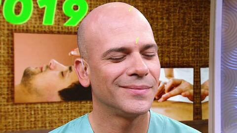 Con agujas en la cabeza, el Dr. Juan relajó su mente y desintoxicó su cuerpo con acupuntura