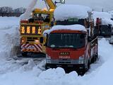 Un atasco de más de 9 millas: unas mil personas pasan la noche atrapadas en una autopista bloqueada por la nieve