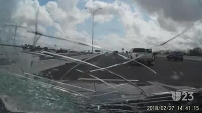 Tendencias en la red: piedra impacta parabrisas de conductor en Houston