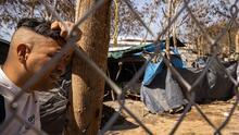 """""""Tienen mucho tiempo ahí"""": residentes de Matamoros, México, celebran desmantelamiento de albergue"""