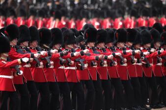 Un soldado le robó protagonismo a Megan Markle en el cumpleaños de la reina Isabel II