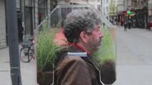 El hombre que vive dentro de una burbuja, literalmente (ecológica y que lo protege del coronavirus)