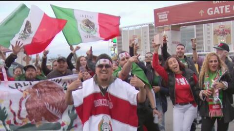 Aficionados de México y Paraguay llegan al estadio Levis para apoyar a su selección nacional