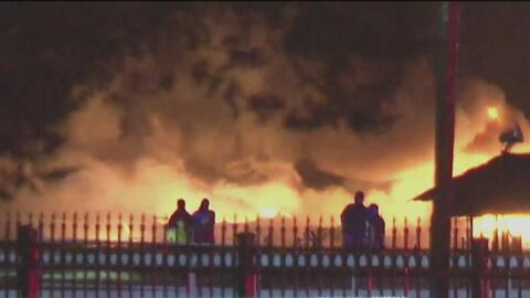 Investigan si un rayo causó un incendio en una planta petroquímica en Crosby