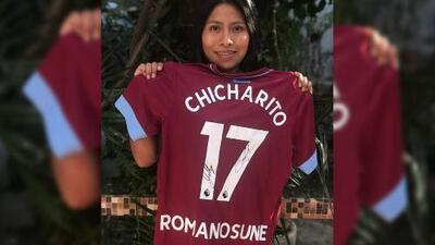 Chicharito le regaló un 'jersey' del West Ham United a Yalitza Aparicio