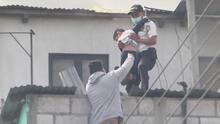 Autoridades logran salvar a varios menores que quedaron atrapados en una explosión en una fábrica de fuegos artificiales