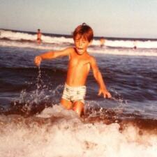 ¿Reconoces a este niño en la playa? ¡Ahora es un galanazo!