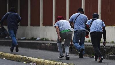 Paramilitares en Nicaragua entran a una iglesia, secuestran a manifestantes y amenazan con armas a un equipo periodístico